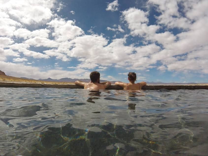 Bagno con vista alle terme di Polques durante il tour al Salar di Uyuni in Bolivia