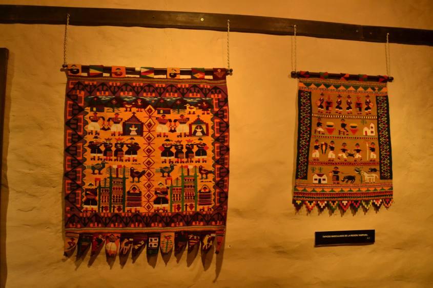 Due esempi di tessuti andini  nel Museo dell'Arte Indigena (ASUR) di Sucre in Bolivia