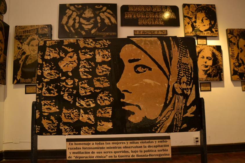 Mostra temporanea contro la violenza sulle donne nel Museo MUSEF di Sucre in Bolivia