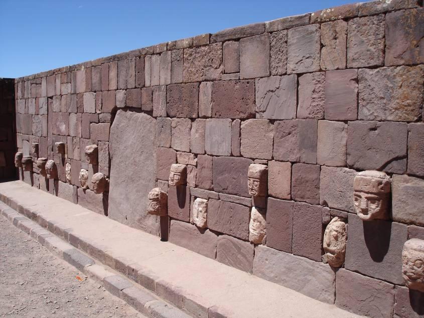 Facce all'interno dello scavo di Tiwanaku in Bolivia