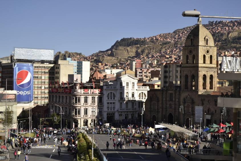 Vista dal Mercato Centrale di La Paz sulla piazza principale Plaza Mayor in Bolivia