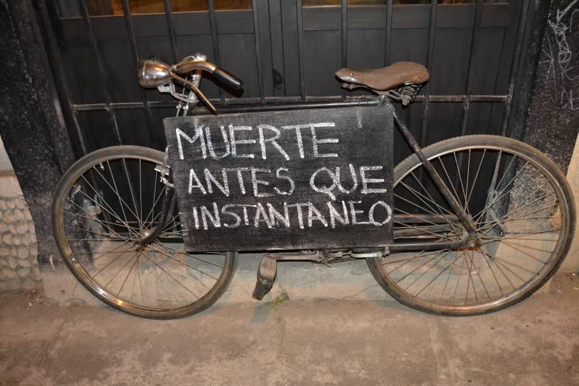 Muerte antes que instantaneo cartello bar caffetteria di La Paz in Bolivia