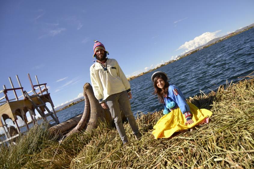 Foto con vestiti tipici degli Uros sulle Islas Flotantes (Isole Galleggianti) in Perù