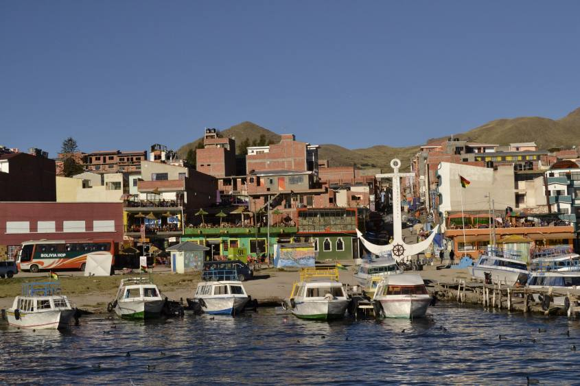 Vista di Copacabana in Bolivia dalla barca