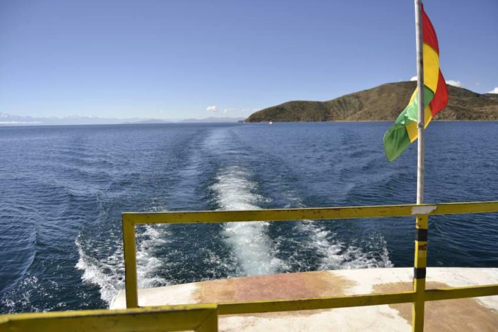 Lago Titicaca e bandiera boliviana