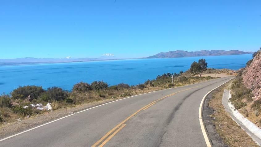 Strada direzione Copacabana in Bolivia che costeggia il Lago Titicaca