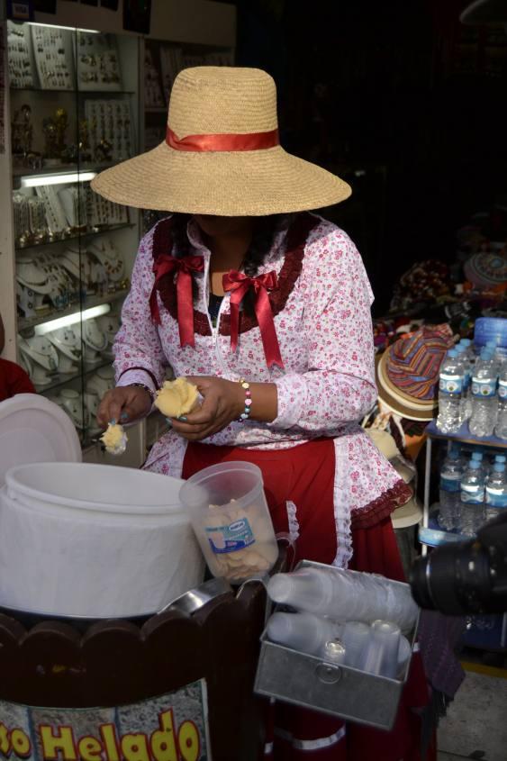 Venditrice di Queso Helado nel centro di Arequipa in Perù