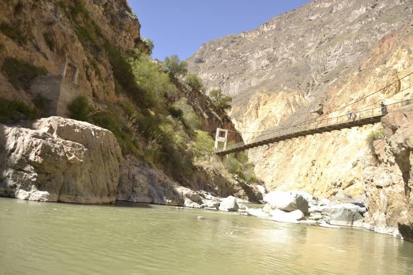 Il ponte che collega le due pareti del Canyon del Colca passando sopra il Rio Colca