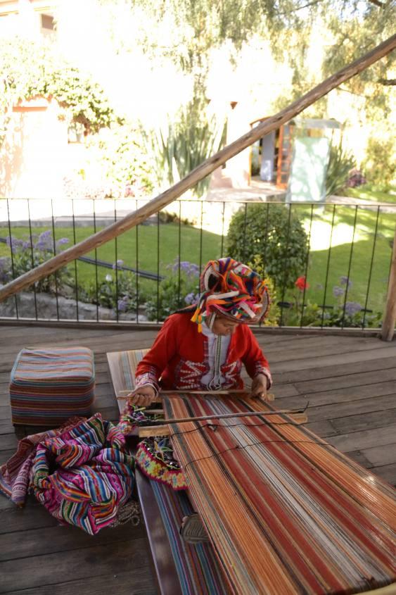 Tessitura a mano della lana di alpaca nei filari a Mundo Alpaca ad Arequipa