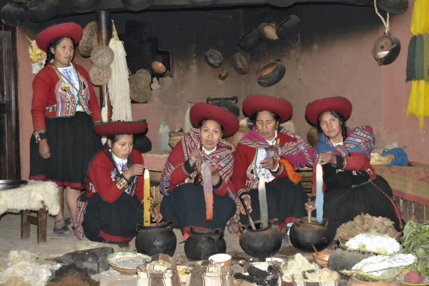 Spettacolo turistico a Chinchero su come la lana viene colorata naturalmente