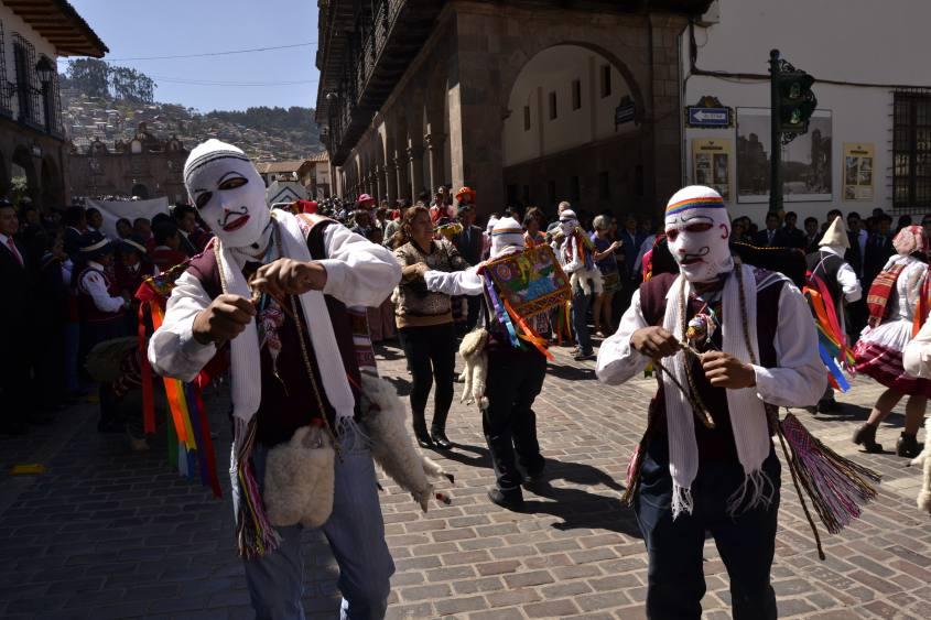 Persone con indosso le maschere tradizionali di Cusco in Perù