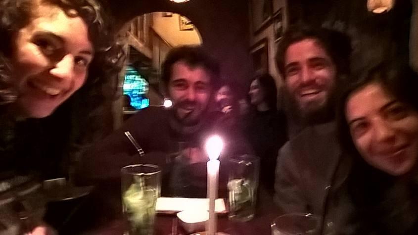 Vecchie amicizie al pub KM 0 di Cusco in Perù