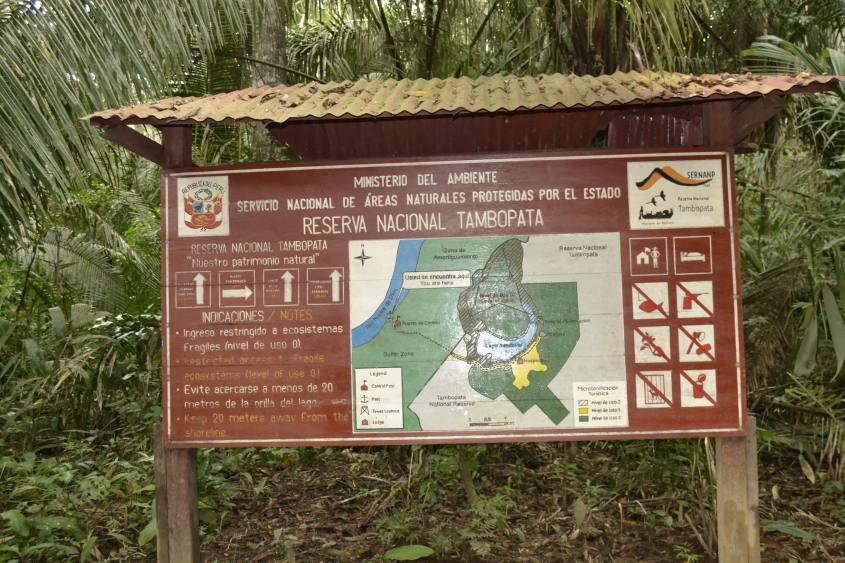 Cartello della Riserva Nazionale Tambopata all'interno della Foresta Amazzonica di Puerto Maldonado in Perù
