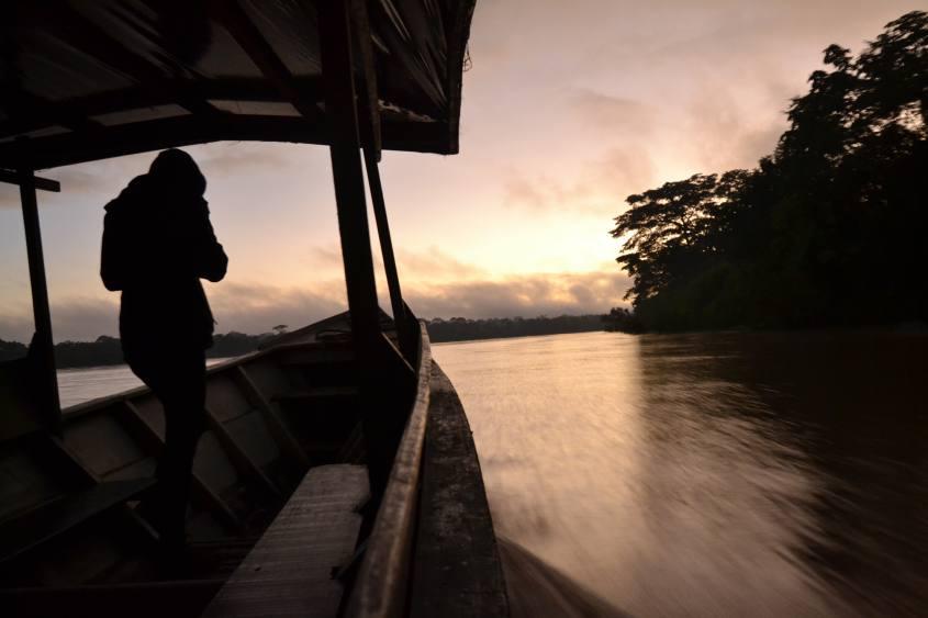 Vista dell'alba dalla barca sul fiume Madre de Dios nella Foresta Amazzonica del Perù