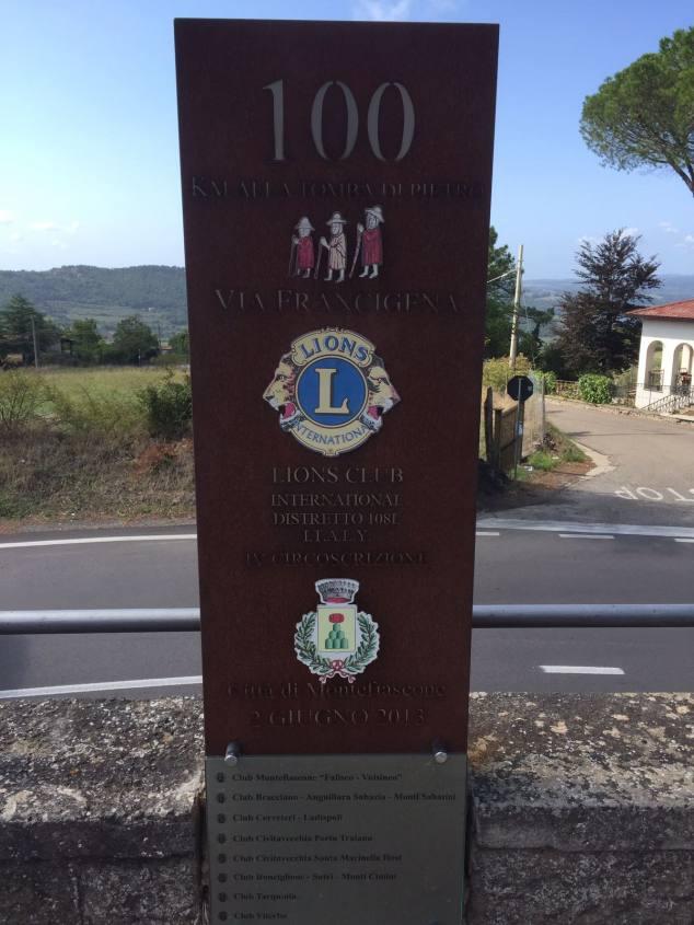 Cartello 100 km a Roma Via Francigena Montefiascone