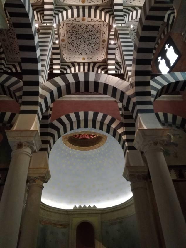 Archi e colonne occidentali all'interno della Cappella del castello Rocchetta Mattei