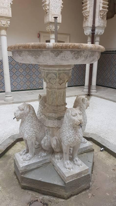 Fontana dei leoni nel cortile interno della Rocchetta Mattei