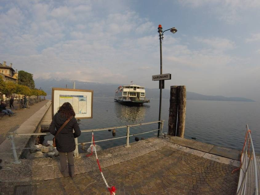 Traghetto lago di Garda al molo di Gargnano