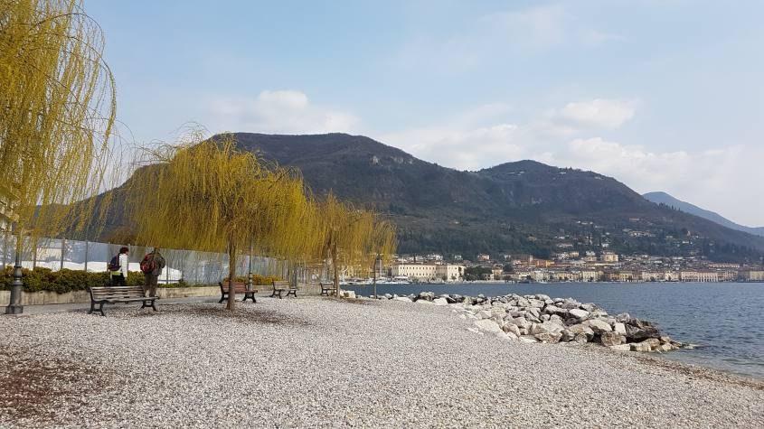 Spiaggia lungolago a Salò sul Lago di Garda