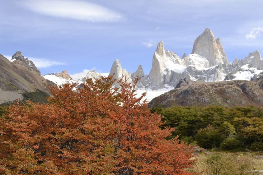 Il Fitz Roy ed i colori autunnali della natura durante trekking a El Chalten in Argentina