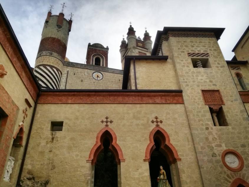 Vista del castello Rocchetta Mattei dal cortile interno