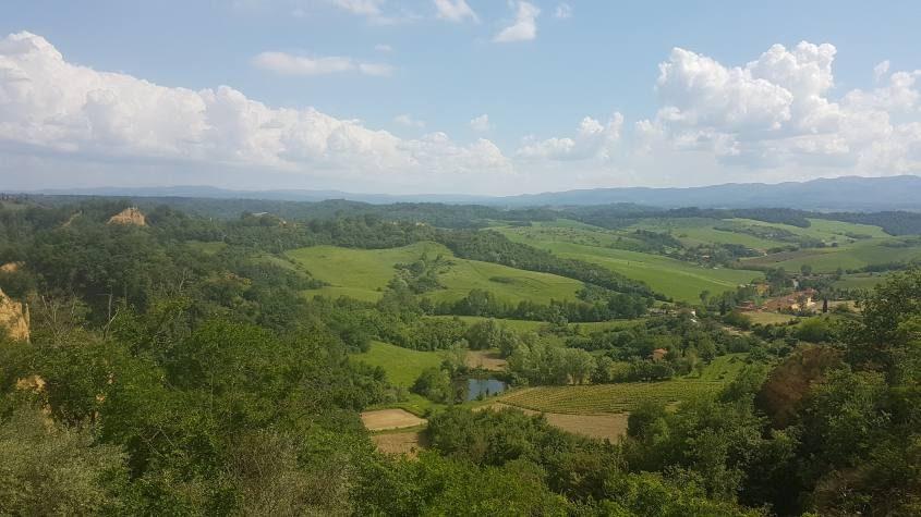Vista delle valli aretine dal borgo di Piantravigne