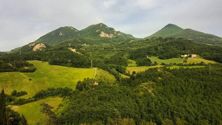 Vista con paesaggio sulle montagne Vigo, Vigese e Montovolo dalla Sala della Pace della Rocchetta Mattei