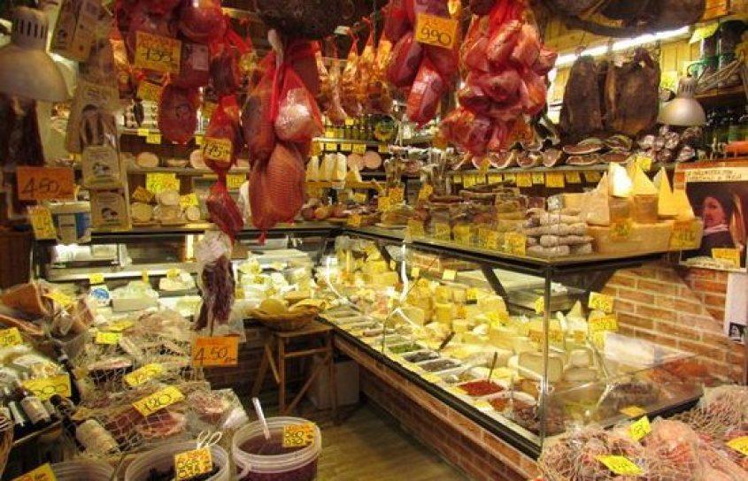 """Arte culinaria di Bologna """"La Grassa"""" all'interno di un negozio del Quadrilatero"""
