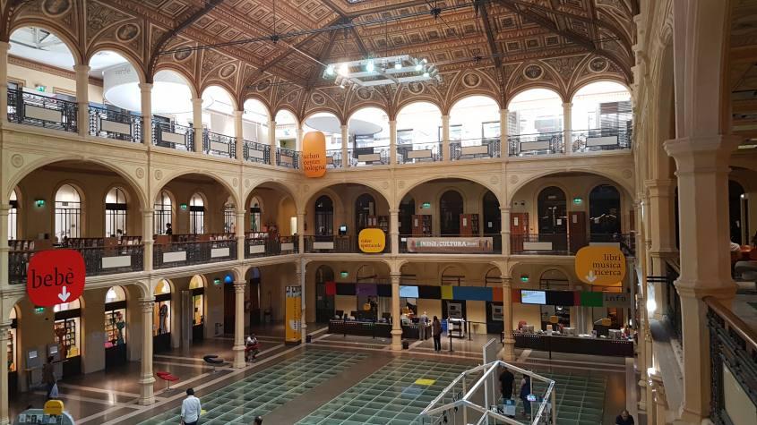 Vista dall'interno della sala principale della Biblioteca Salaborsa di Bologna