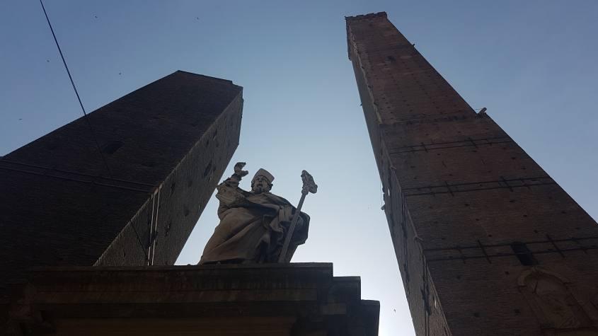 Le due torri (Torre degli Asinelli e Garisenda) e San Petronio, simboli di Bologna