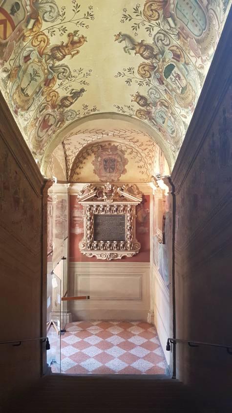 Scalinata con affreschi dentro il Palazzo dell'Archiginnasio a Bologna