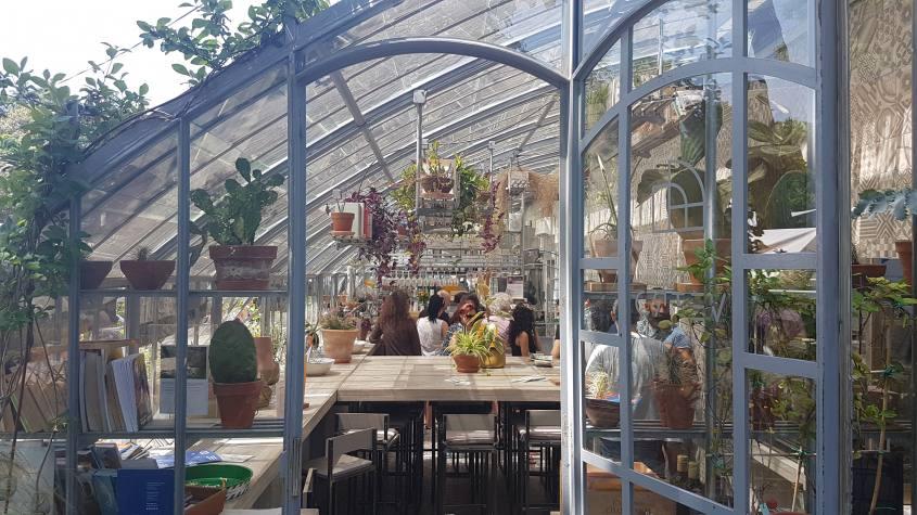 Serra con tavolini allo Chalet dei Giardini Margherita di Bologna