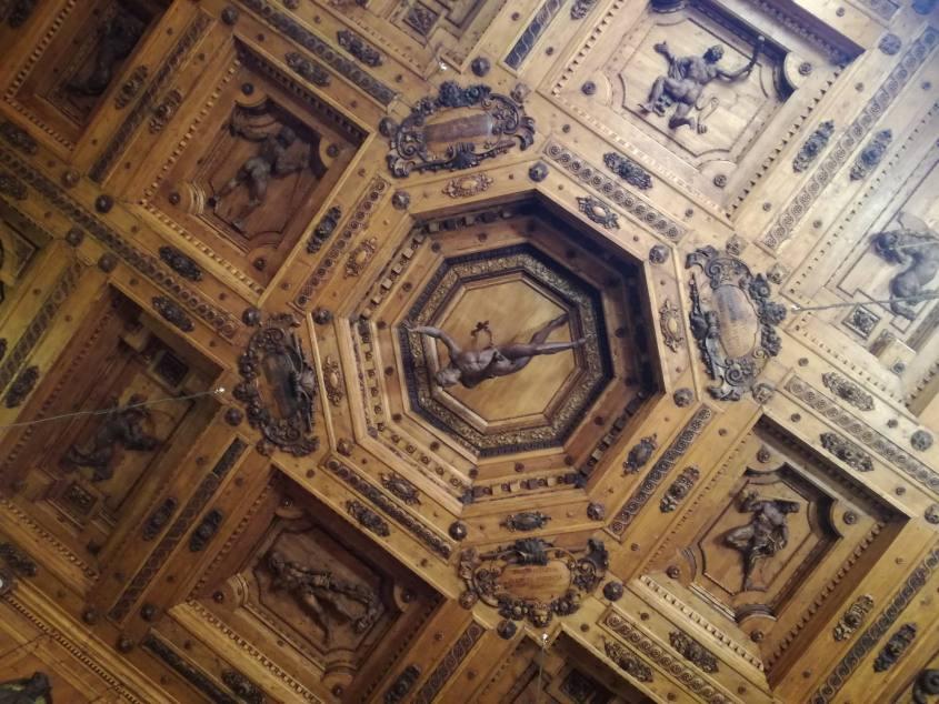 Soffitto in legno intagliato del Teatro di Anatomia all'interno del Palazzo Archiginnasio di Bologna