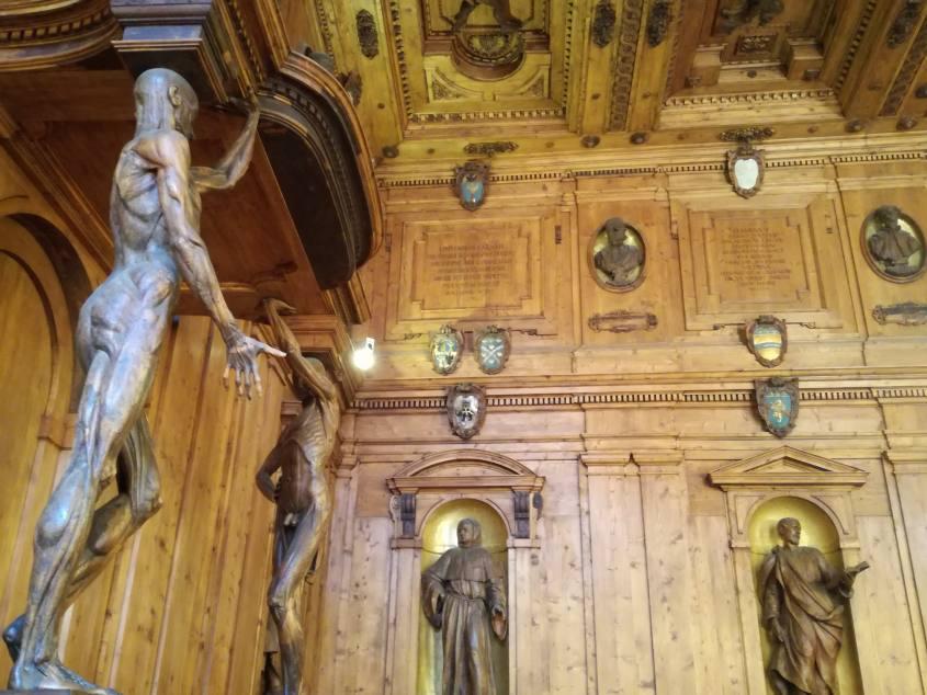 Statue in legno intagliato nel Teatro di Anatomia dentro il Palazzo dell'Archiginnasio di Bologna