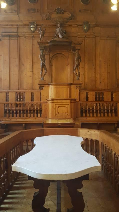 Tavolo in marmo per autopsie nel Teatro Anatomico all'interno del Palazzo Archiginnasio a Bologna