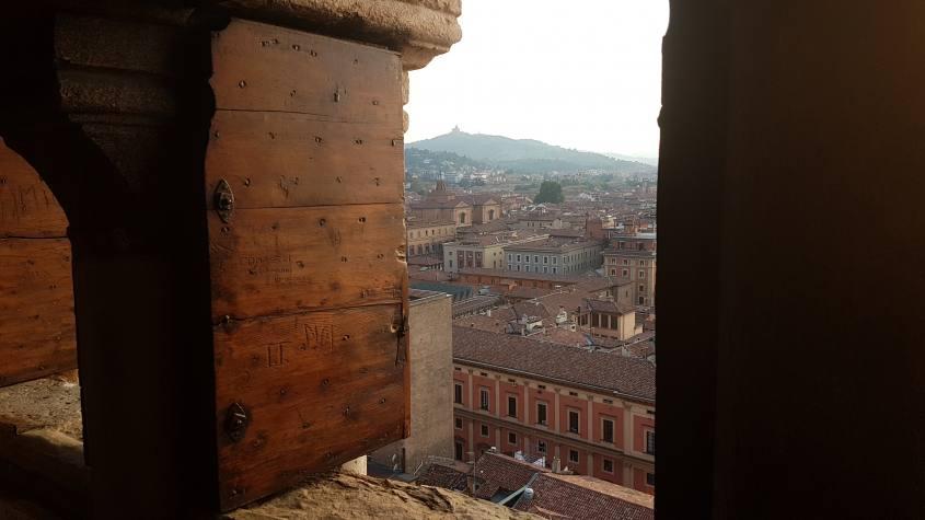 """Vista dalla finestra del Campanile di San Pietro su Bologna """"La Rossa"""""""