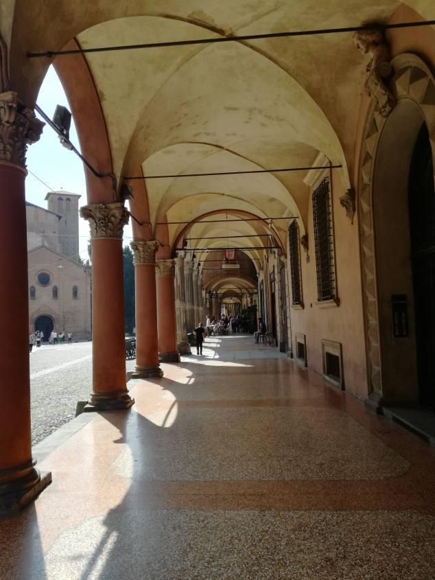 Vista di Piazza Santo Stefano e della Basilica dai portici di Bologna