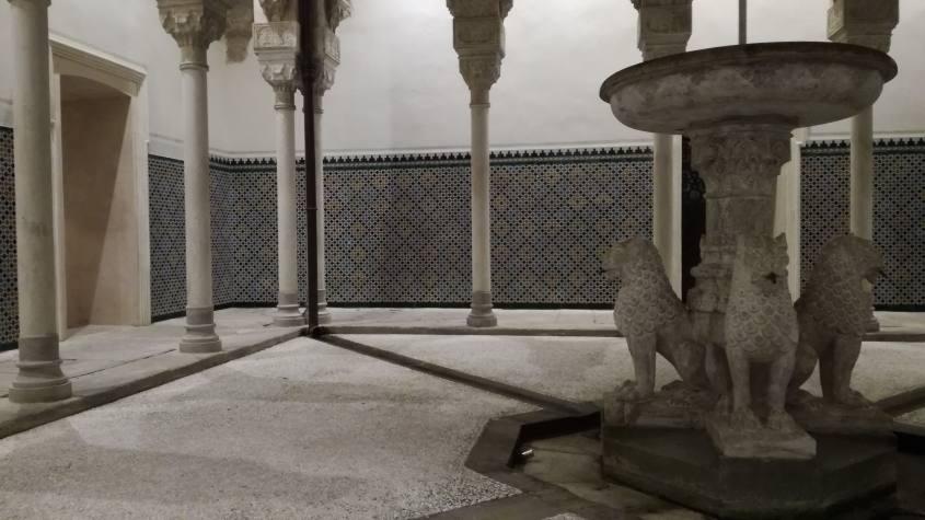 Fontana della Corte dei Leoni all'interno della Rocchetta Mattei a Bologna