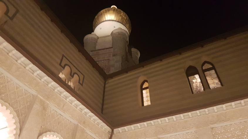 Cupola dorata durante visita notturna alla Rocchetta Mattei vista dalla Corte dei Leoni