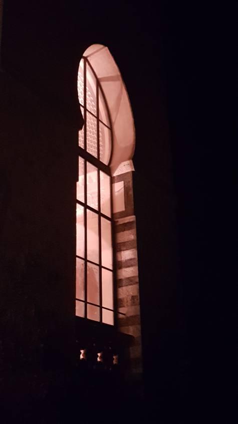 Finestra illuminata durante tour della Rocchetta Mattei di notte