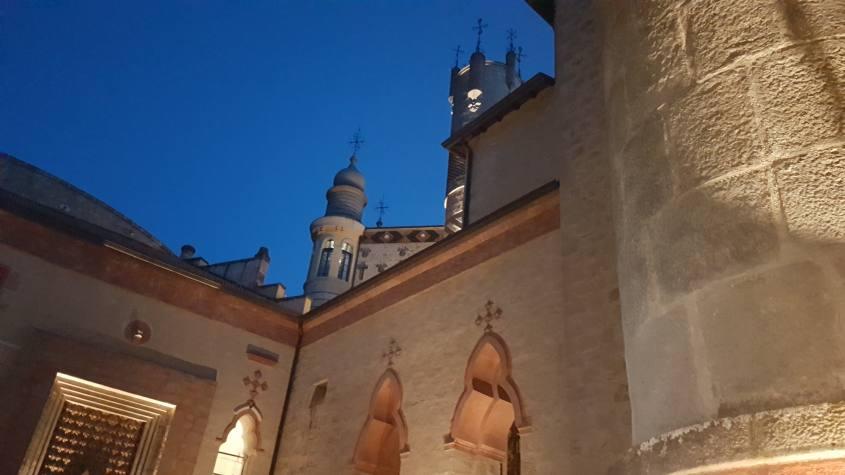 Visita notturna alla Rocchetta Mattei vista dal cortile interno