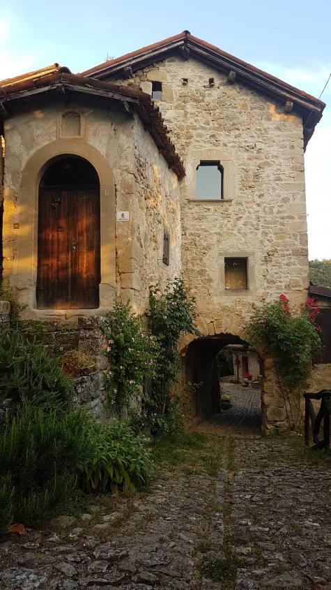 I graziosi vicoli e le case del borgo di La Scola a Grizzana Morandi