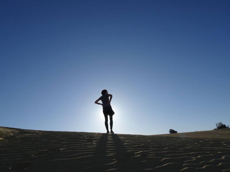 Fiammetta sulla cima di una duna di sabbia