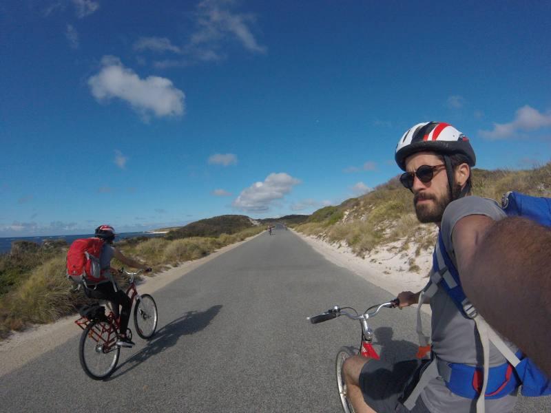 Fiammetta e Leo in sella alle loro biciclette a Rottnest Island