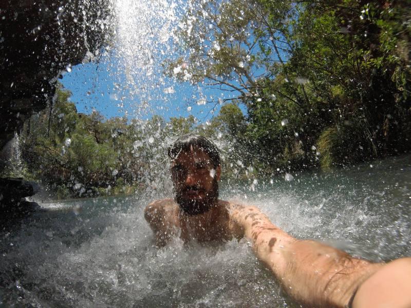 Bagno sotto le splendide cascate di Fern Pool nel Parco di Karijini