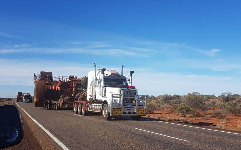 Fila di Road Train giganti sulla strada per Karijini