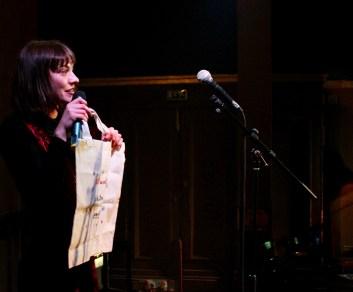 Moderatorin Josephine von Blueten Staub mit dem Gewinner*innenbeutel