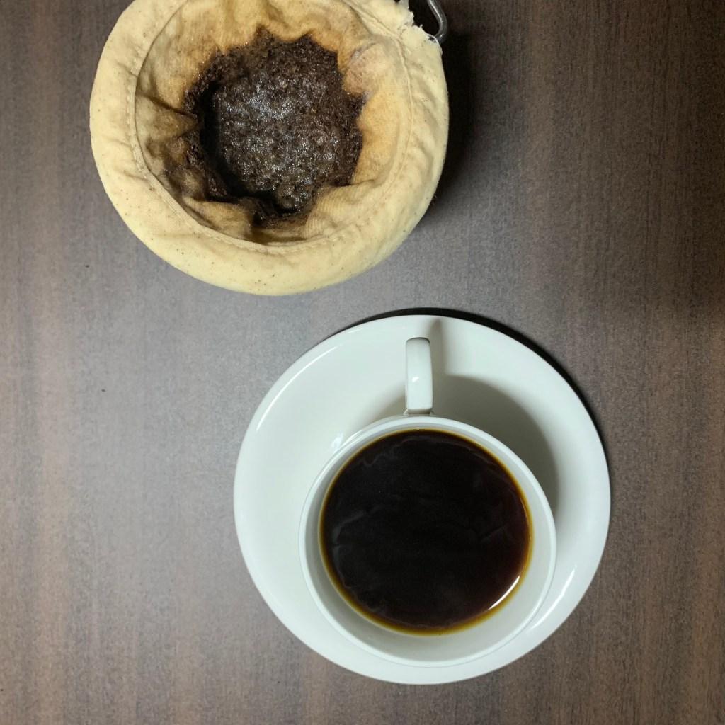 ネルドリップとコーヒーカップ