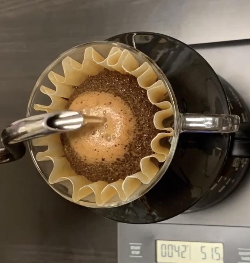 新鮮なコーヒーを抽出している様子