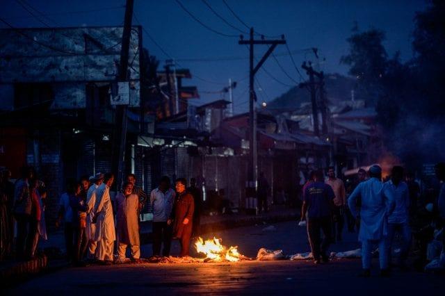 (متظاهرون يغلقون الطريق في سريناجار الشهر الماضي)